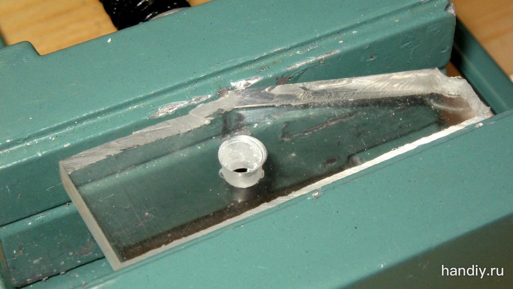 Фотография Листовой акрил (оргстекло) толщиной 6,5 мм зажат в тиски, в нем просверлено отверстие диаметром 5 мм