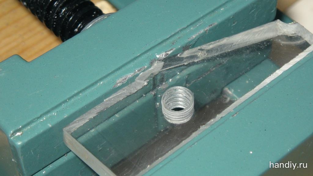 Фотография В оргстекле нарезана внутренняя резьба