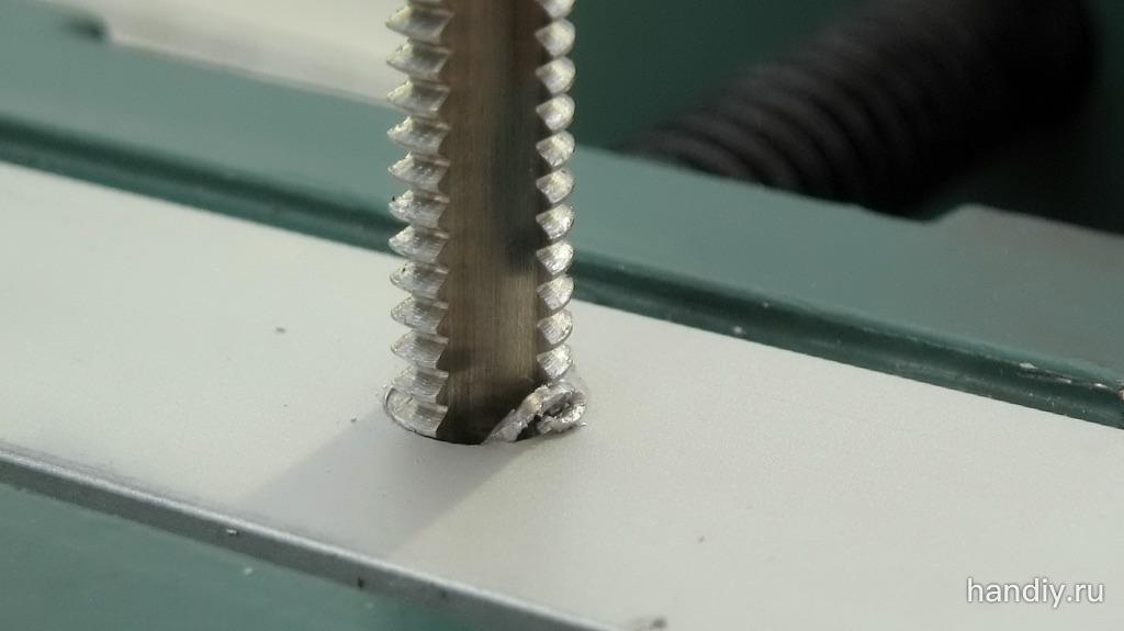 Фото Метчиком нарезаю резьбу в алюминиевой полосе