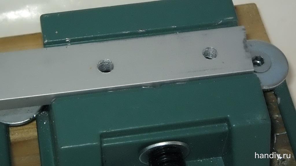 Фотография Алюминиевая полоса зажата в тиски, просверлены отверстия диаметром 5 и 5,5 мм
