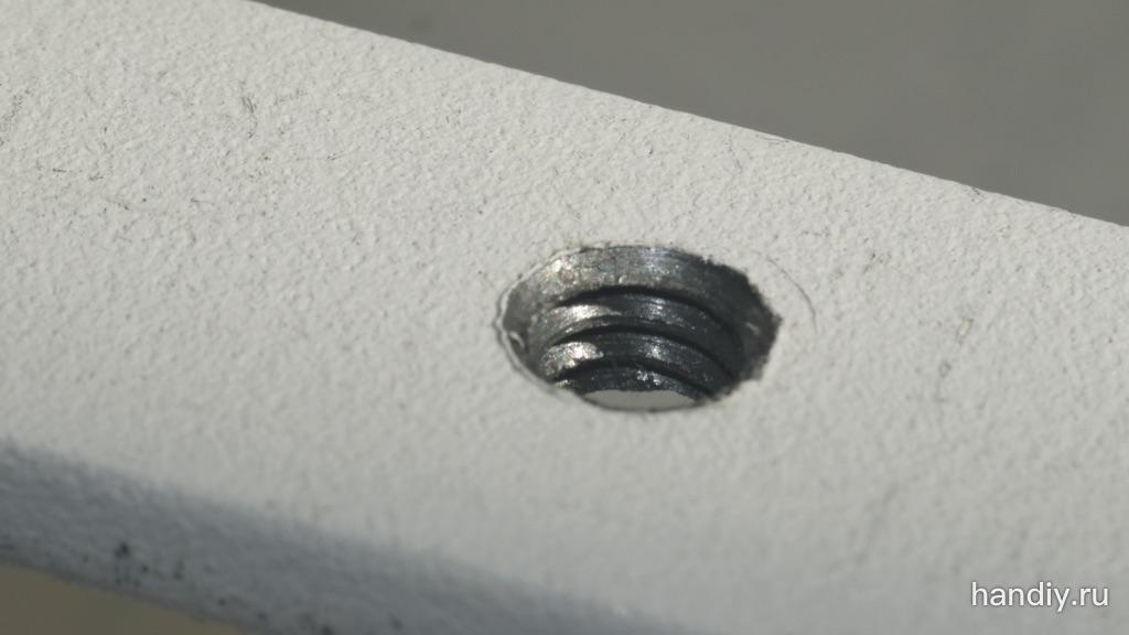"""Фотография Внутренняя дюймовая резьба для фотоаппарата 1/4""""-20 нарезана в стальной пластине толщиной 4 мм. Диаметр просверленного отверстия 5 мм"""