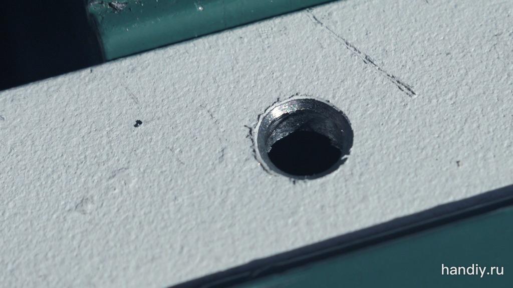Фото Стальная пластина зажата в тисках, просверлено отверстие 5,5 мм, зенкером снята фаска