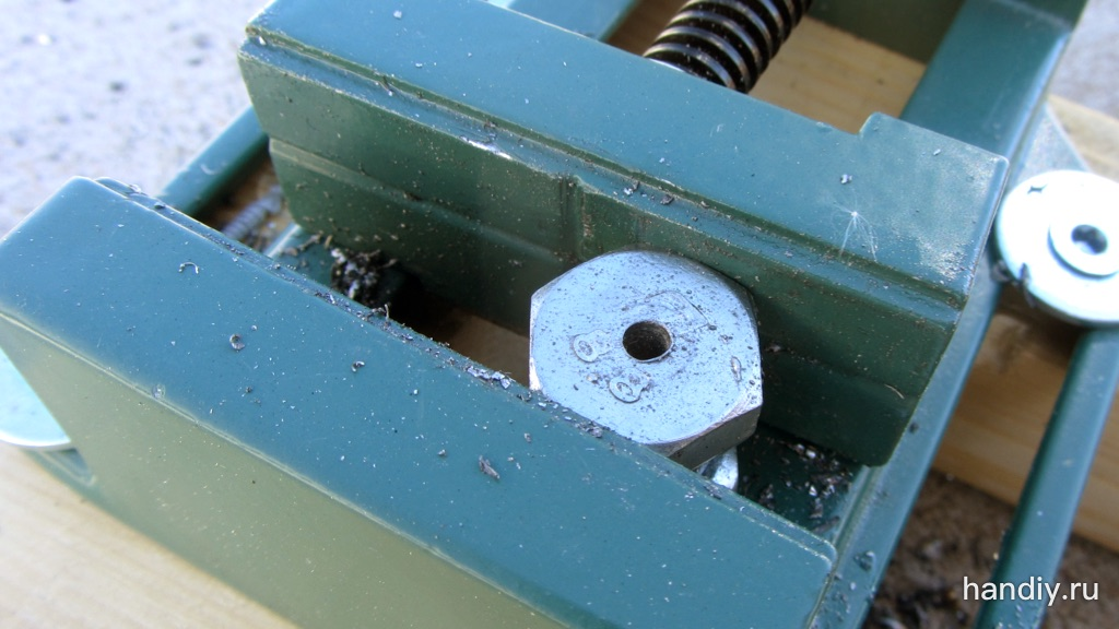 Фото Болт М10 зажат в тиски, в головке просверлено отверстие 5,5 мм